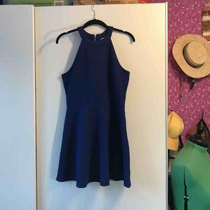 Jättefin mörkblå klänning i material med sportig känsla. Knappt använd. Kan hämtas upp i Sandviken/Gävle annars tillkommer frakt.