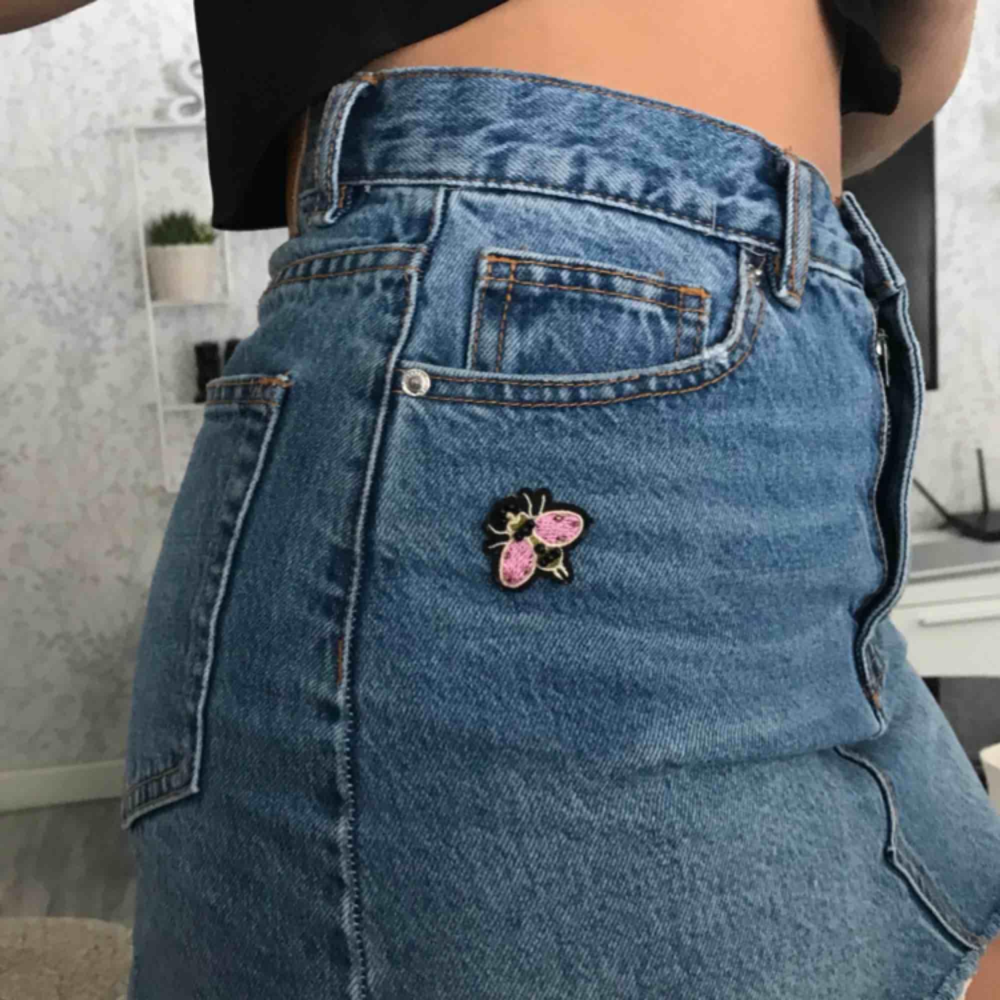 """Supersöt """"sliten"""" jeanskjol från pull and bear med små fjärilar som detaljer. Ordinarie pris 300kr ganska liten i storleken och andvänd några få gånger i somras men fortfande i bra skick.. Kjolar."""