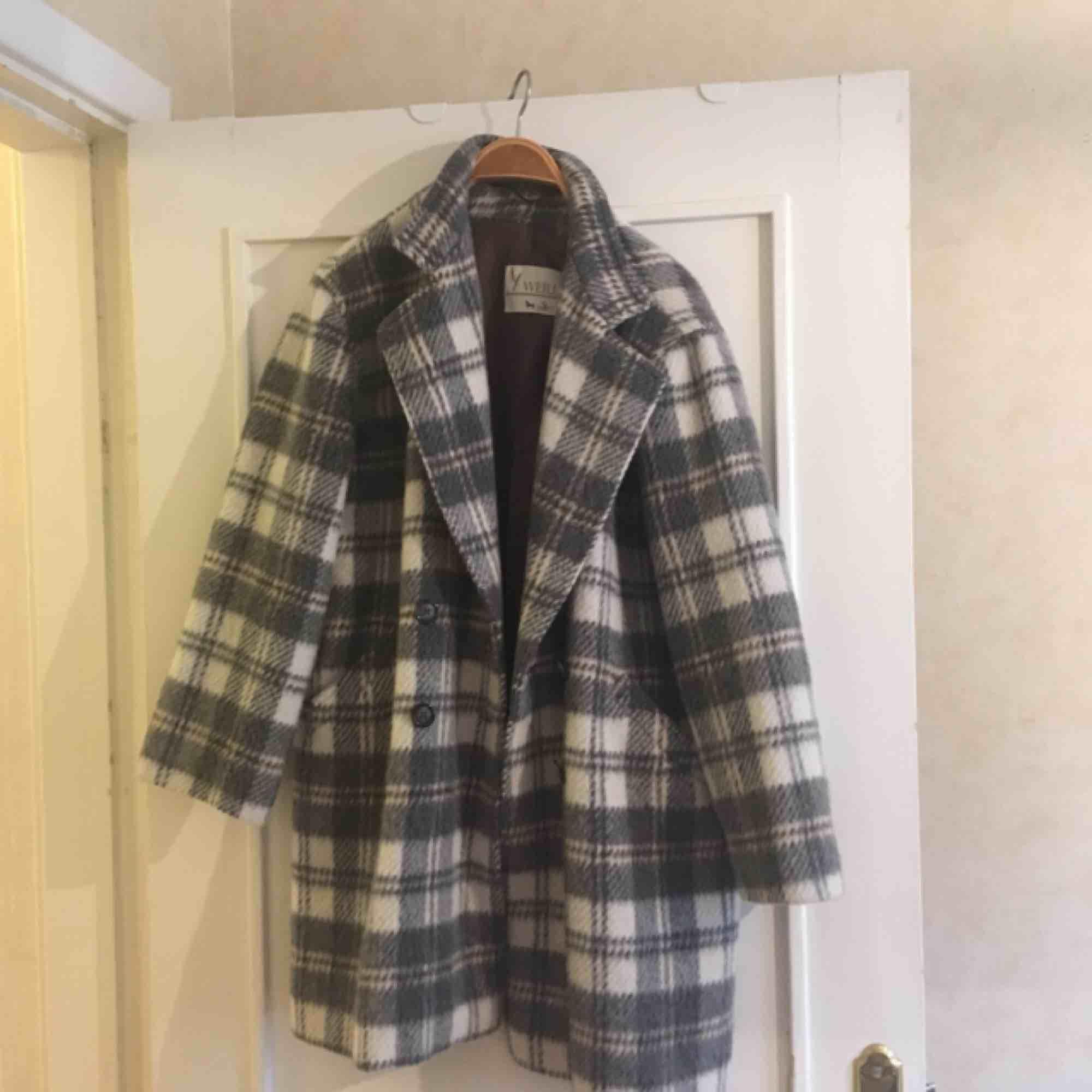 Säljer min fina kappa, köpt i höstas på POP för 700kr. Jättebra och varmt material, storleken är oklar men skulle säga att den passar på 38-40 och blir fint oversize. Men funkar nog på de flesta då den inte ska sitta tight liksom🤠 . Jackor.