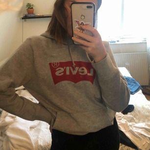 Helt ny levis hoodie i storlek M men är ganska baggy på mig som vanligtvis är S.