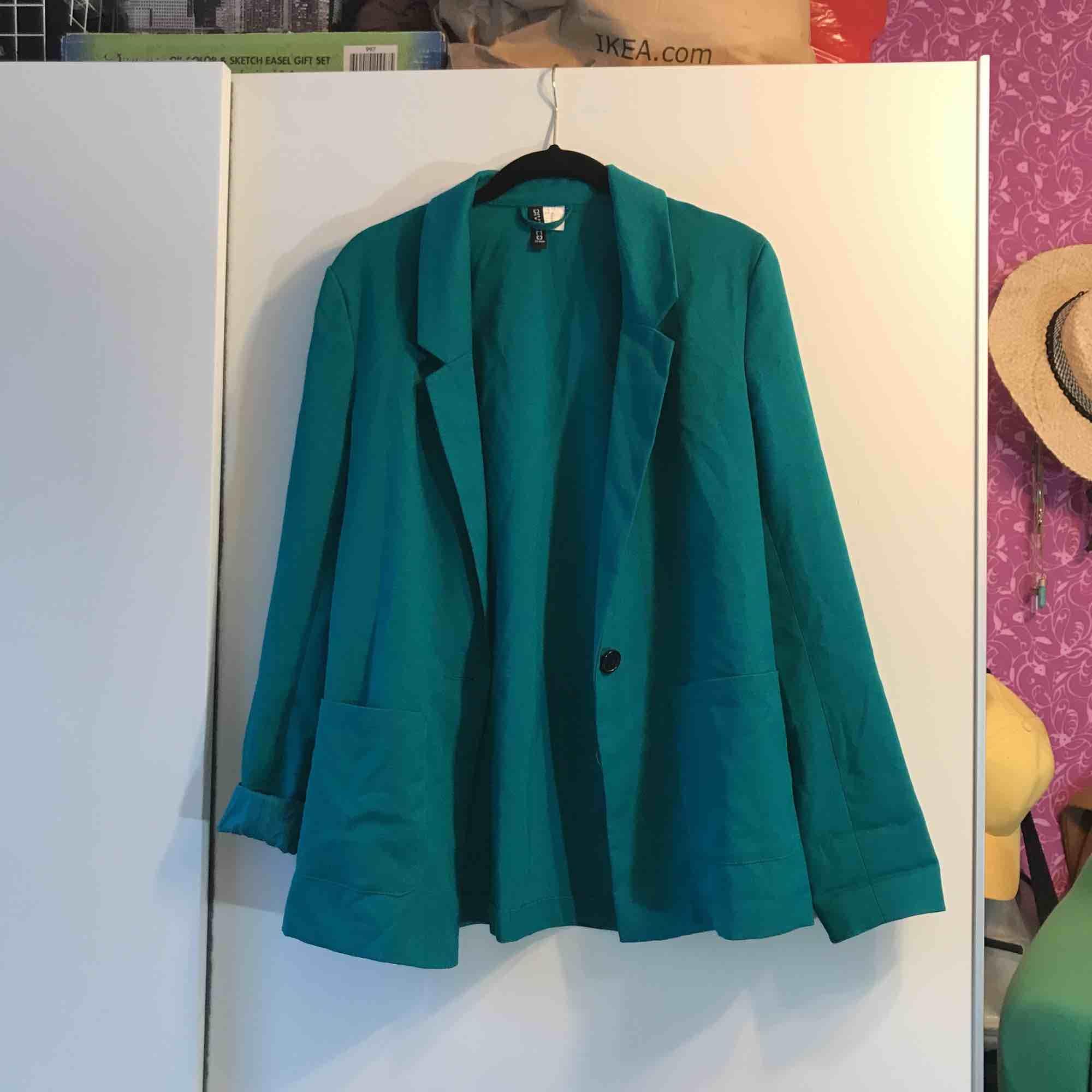 Cool turkos blazer som är sparsamt använd. Kan hämtas upp i Sandviken/Gävle annars tillkommer frakt. . Kostymer.