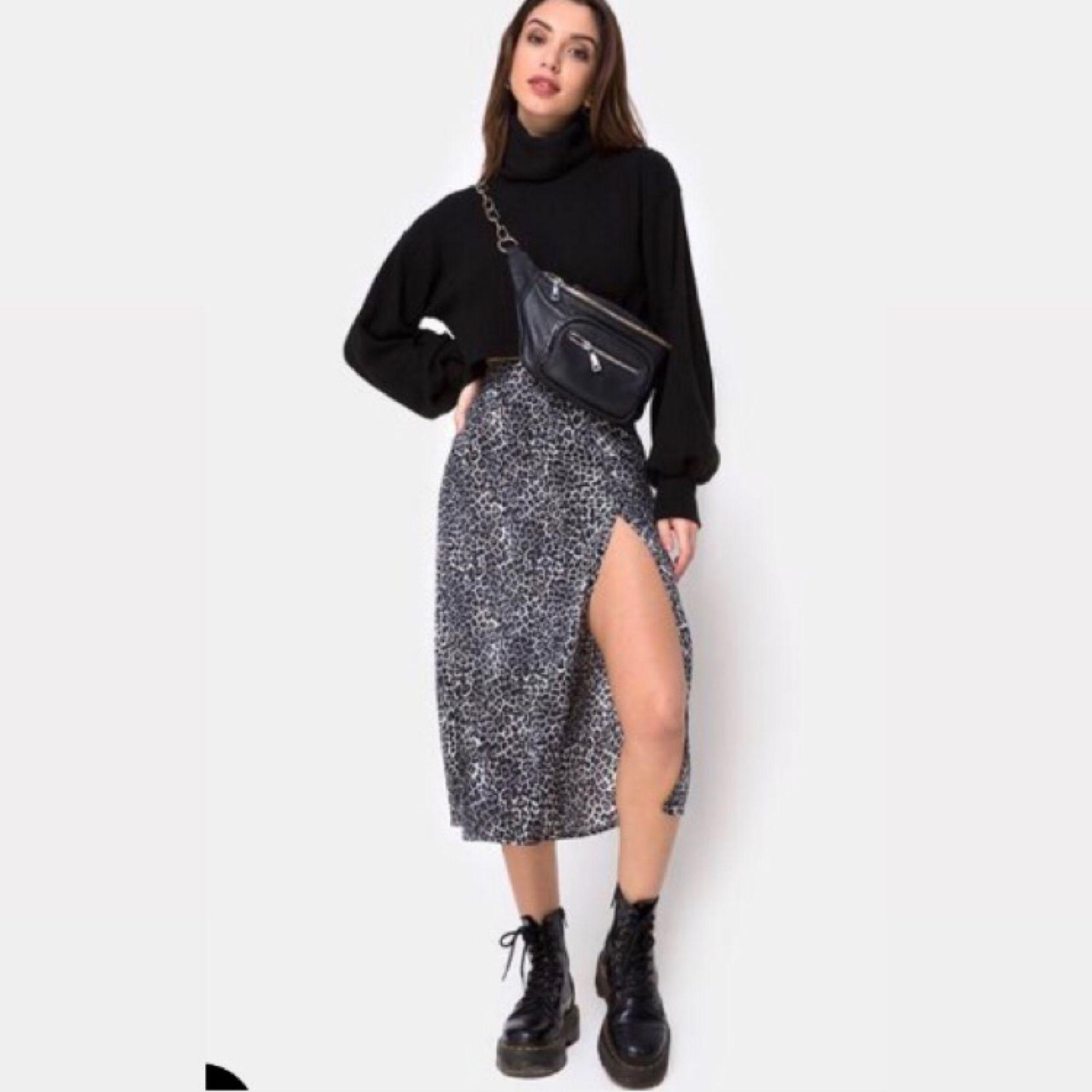 MOTEL ROCKS 🖤 Skitsnygg kjol i storlek XS. Köpt för 500kr i december 2018. Använd 1 gång. Säljer för att jag behöver spara pengar till en resa.. Kjolar.
