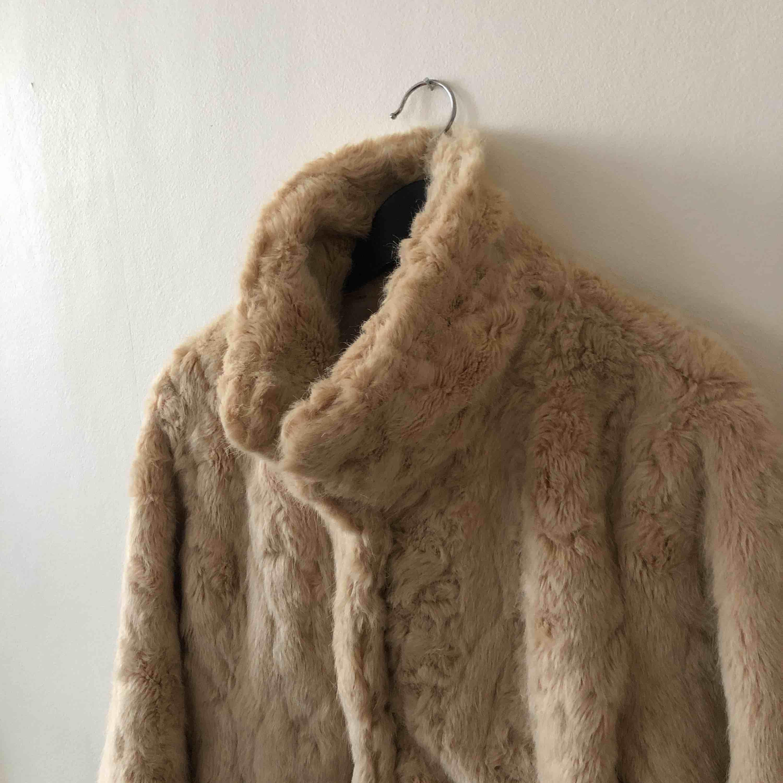 Fuskpälsjacka från Kappahl i snygg beige färg. Sparsamt använd och i väldigt bra skick. Köparen betalar frakt . Jackor.