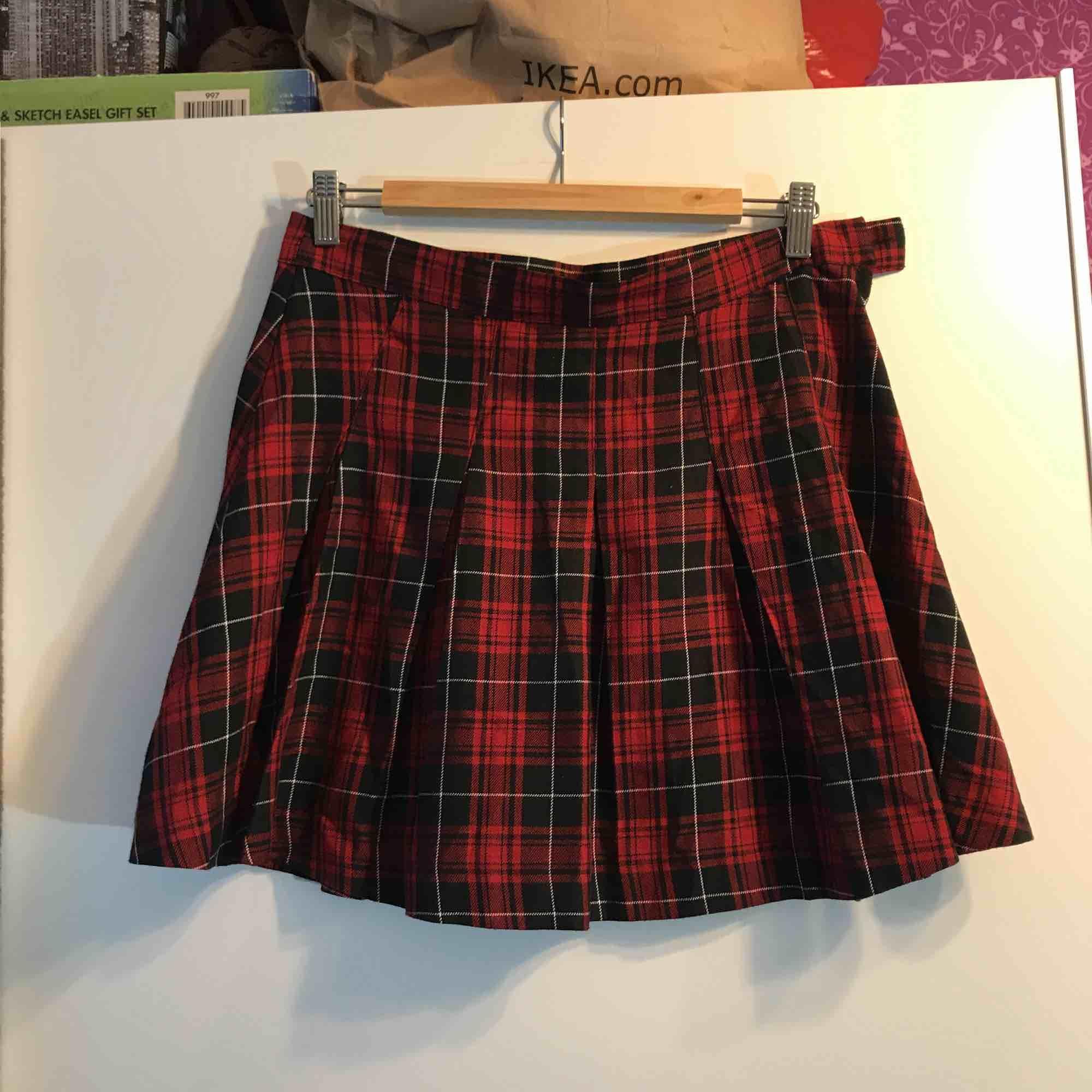 Cool skotskrutig kjol från H&M! Sparsamt använd. Kan hämtas upp i Sandviken/Gävle annars tillkommer frakt. . Kjolar.