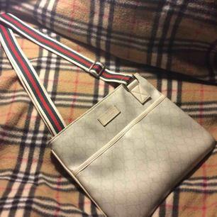 """Gucci """"GG"""" canvas sidebag med stripe band. Begagnat skick men inte trasig. Jag fraktar och tar swish. Kan mötas up i Norrköping också."""