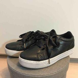 Sparsamt använda sneakers med plattformsula och satin-skosnören. Kan hämtas upp i Sandviken/Gävle annars tillkommer frakt.