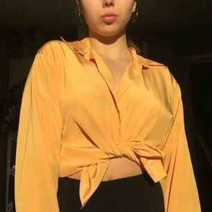 Såå härlig blus/skjorta i silkesmaterial som är så gott som nyskick! Passar perfekt nu till våren och går att ha både knuten, instoppad eller bara hängande, den går typ över rumpan på mig som är 164cm! 🧡 Frakt tillkommer på 36kr!