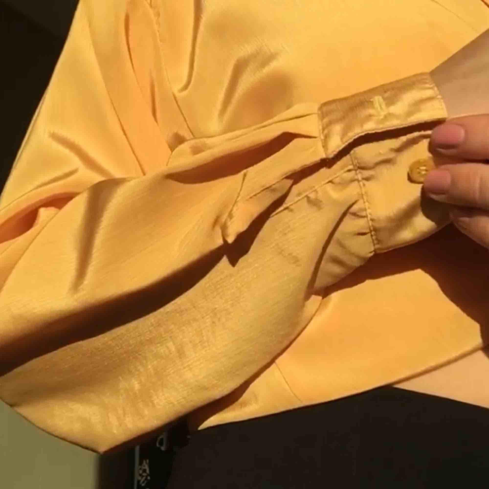 Såå härlig blus/skjorta i silkesmaterial som är så gott som nyskick! Passar perfekt nu till våren och går att ha både knuten, instoppad eller bara hängande, den går typ över rumpan på mig som är 164cm! 🧡 Frakt tillkommer på 36kr! . Blusar.