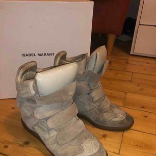 Beiga Isabel Marant skor köpta för cirka 1.5 år sedan. Väl använda men i bra skick då jag skött dem med mockaborste osv! Storlek 40, men lite små i storleken Dustbag och orginallåda finns Frakt tillkommer