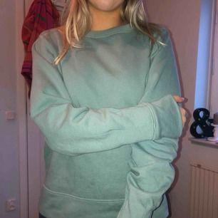 En jätteskön sweatshirt i en turkosgrön färg från NA-KD. Storlek S men funkar även om man är storlek M. Använda några ggr, men i väldigt bra skick! Kan mötas upp, eller frakta. Frakten går på cirka 50