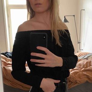 Topp från Samsøe Samsøe med bara axlar. Snygg att stoppa innanför byxor/kjol/shorts! Sparsamt använd. Är dock ganska liten i storlek.