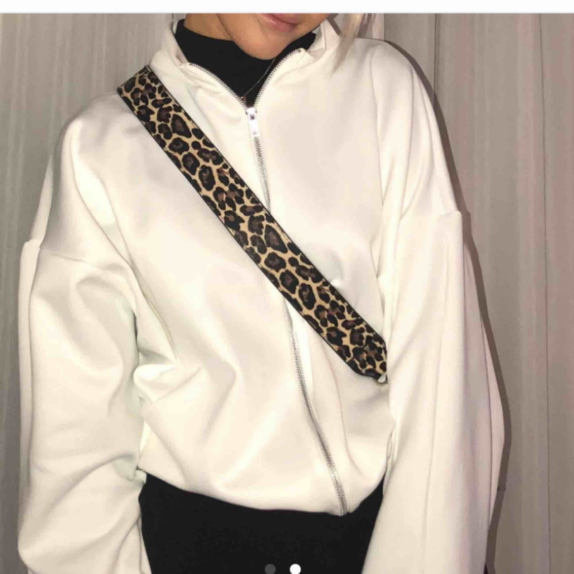 Jätte fin hoodie/sweatshirt/tröja köpt här på Plick, men säljer igen då jag känner att jag har för många liknande tröjor :( Annars i perfekt skick, frakt tillkommer på 55kr! 💛 (bilderna är tagna av personen jag köpte tröjan av) . Huvtröjor & Träningströjor.