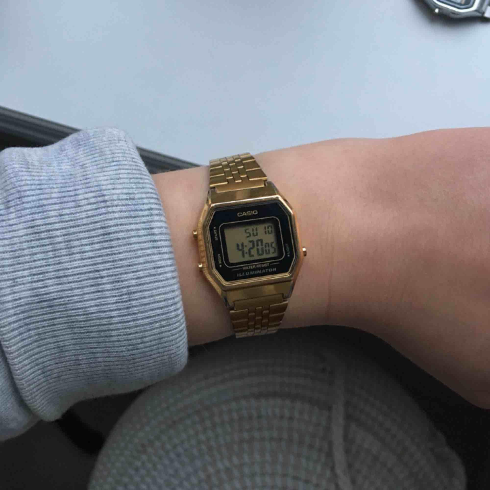 Säljer min snygga Casio-klocka i modellen LA680WEGA-1ER pga den tyvärr inte kommer till användning längre. Köptes för ett år sedan (för ca 800kr) och i gott skick! Möts upp annars tillkommer fraktkostnad på 50 kr ⚡️🥰. Accessoarer.