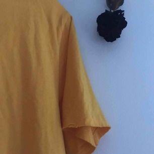 gul oversize tröja men slitna kanter🌙🐤🍋 älskar tröjan och materialet men använder den knappt. storlek M, passar nog vem som. 60 sek (utan frakt) frakt betalas av köpare. betalas bara med swish!