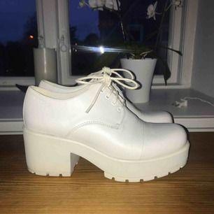 Supersköna boots från vagabond i vitt läder! Använda cirka 2 gånger. Har en mycket liten repa vid högra stortån, annars felfria! Köptes för ca 1200 kr🥰  Frakten är beräknad i priset ovan!
