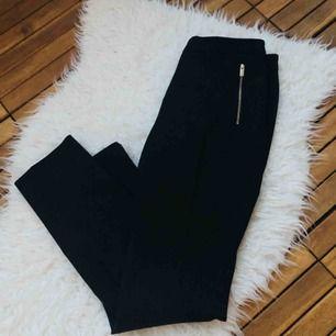 Oanvända kostymbyxor från HM, pressväck och dragkedja fram som fickor. Superfint material.