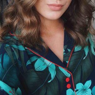 Superfin oversized skjorta från Zara med gröna palmblad på, röda knappar samt röd kant. Passar storlek S/M. Köptes för ca 400 kr och har sen blivit sparsamt använd💃🏽 Frakten ingår i priset ovan!