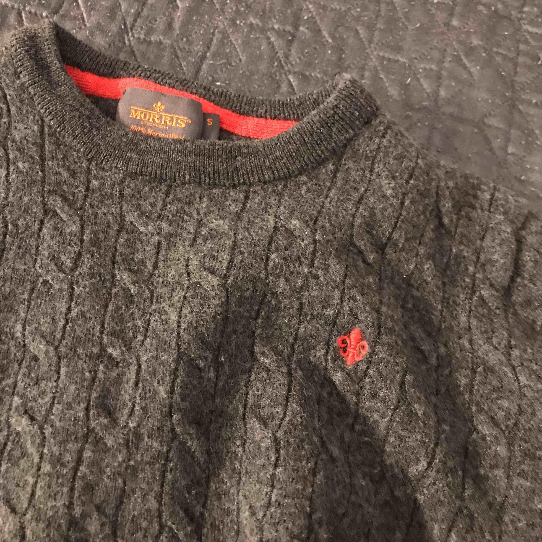 Självklart äkta. Den är mörkgrå och röd. Passar även som XS. Huvtröjor & Träningströjor.