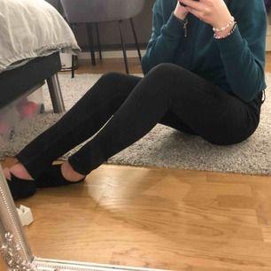 Fina svarta jeans från lee som sitter väldigt snyggt. De kommer inte till användning så därför jag säljer dom. Bara att höra av sig om frågor! Tar swish!