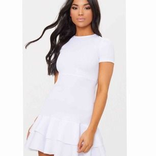 Perfekt studentklänning! Bilderna är tagna från hemsidan Pretty Little Thing där klänningen är köpt för för ca 250 svenska kr. Kan ta egna bilder vid intresse.🥰🥰