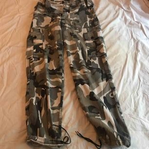 Camouflagebyxor från Kombat UK inköpta på Från A till Ö i Stockholm. Pris: 150kr. Möts upp i Stocholm eller så stör köparen de frakt