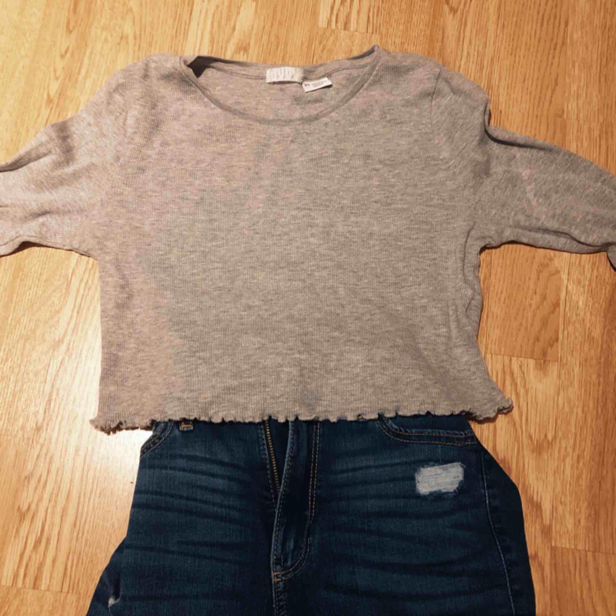 Fin grå crop top från urban outfitters. Skjortor.