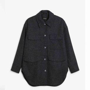 Säljer denna rutiga jacka i rymlig medium. Knappt använd.. Återvunnen ullblandning som håller dig varm vid kyla men också sval vid mildare väder. Jackan har rymliga fickor framtill o stängs med knappar.