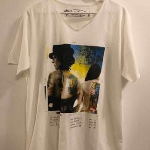 Ny T-shirt med en rund V-ringad krage. Super skönt material, en mjuk och väldigt bekväm tee.