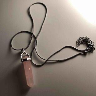 Ett äkta rosenkvarts halsband som har använts 1-2 gånger. Frakten kostar 10kr