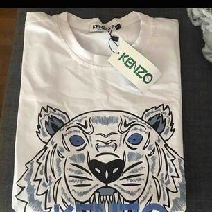 Kenzo t-shirt i storlek S, aldrig använd. Hör av er vid intresse
