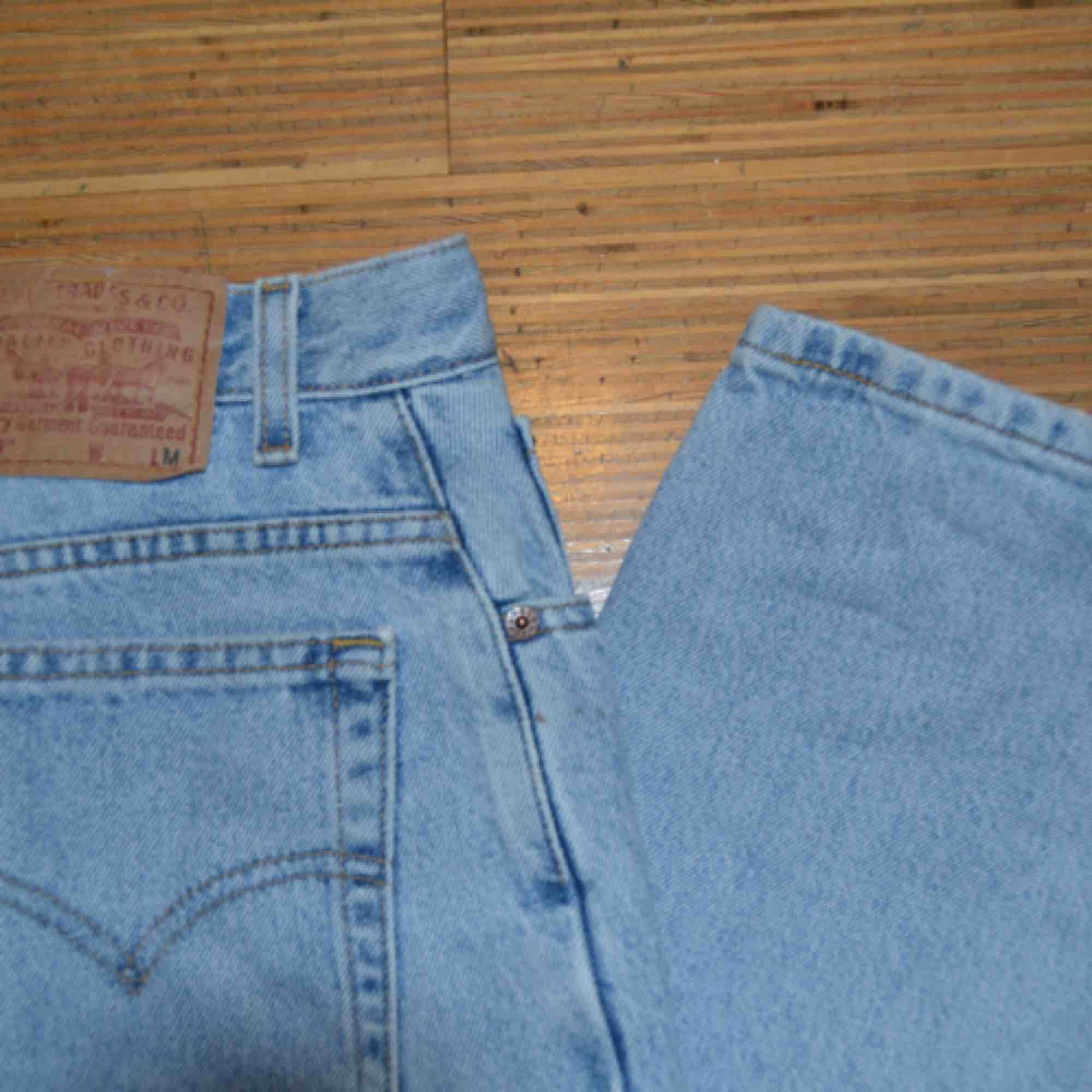 Jeans från Levis Rak modell m liten fläck. Jeans & Byxor.