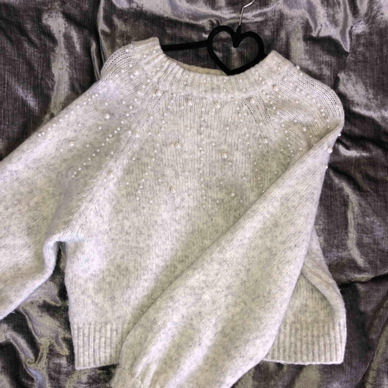 Stickad tröja med ballong armar prydda med vita pärlor från Zara, i strl S. Stickat.