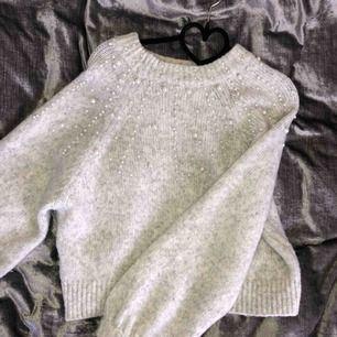 Stickad tröja med ballong armar prydda med vita pärlor från Zara, i strl S