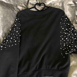 Supersnygg svart tröja från Ivy Revel (kenzas märke) i strl Onesize. Passar mig som vanligtvis har S i storlek! Nypris är 799 kr.