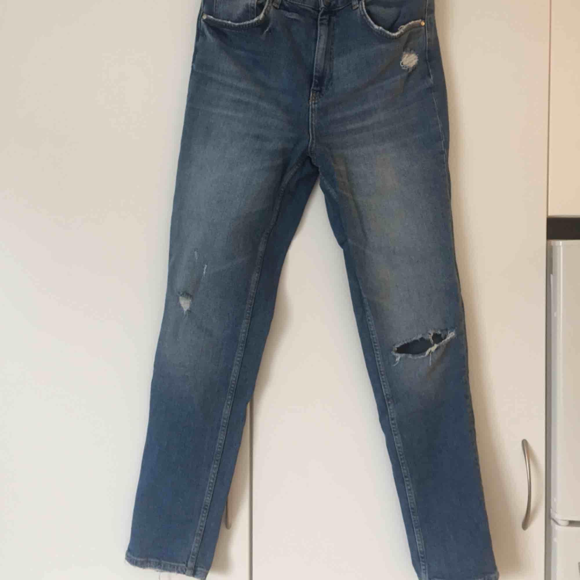 Jeans med slitningar från GinaTricot, modell Leah, höga i midjan. 👖 Säljer pga för stora för mig. 📬Frakt: 63 kr spårbart. Jeans & Byxor.