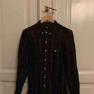 Svart Levi's skjorta med snyggt rutmönster som är köpt på UO i Stockholm för några år sen, säljer pga att den inte kommer till användning. Nypris var 800kr Condition 8/10 stryker självklart innan frakt :) Skriv om du har några frågor!