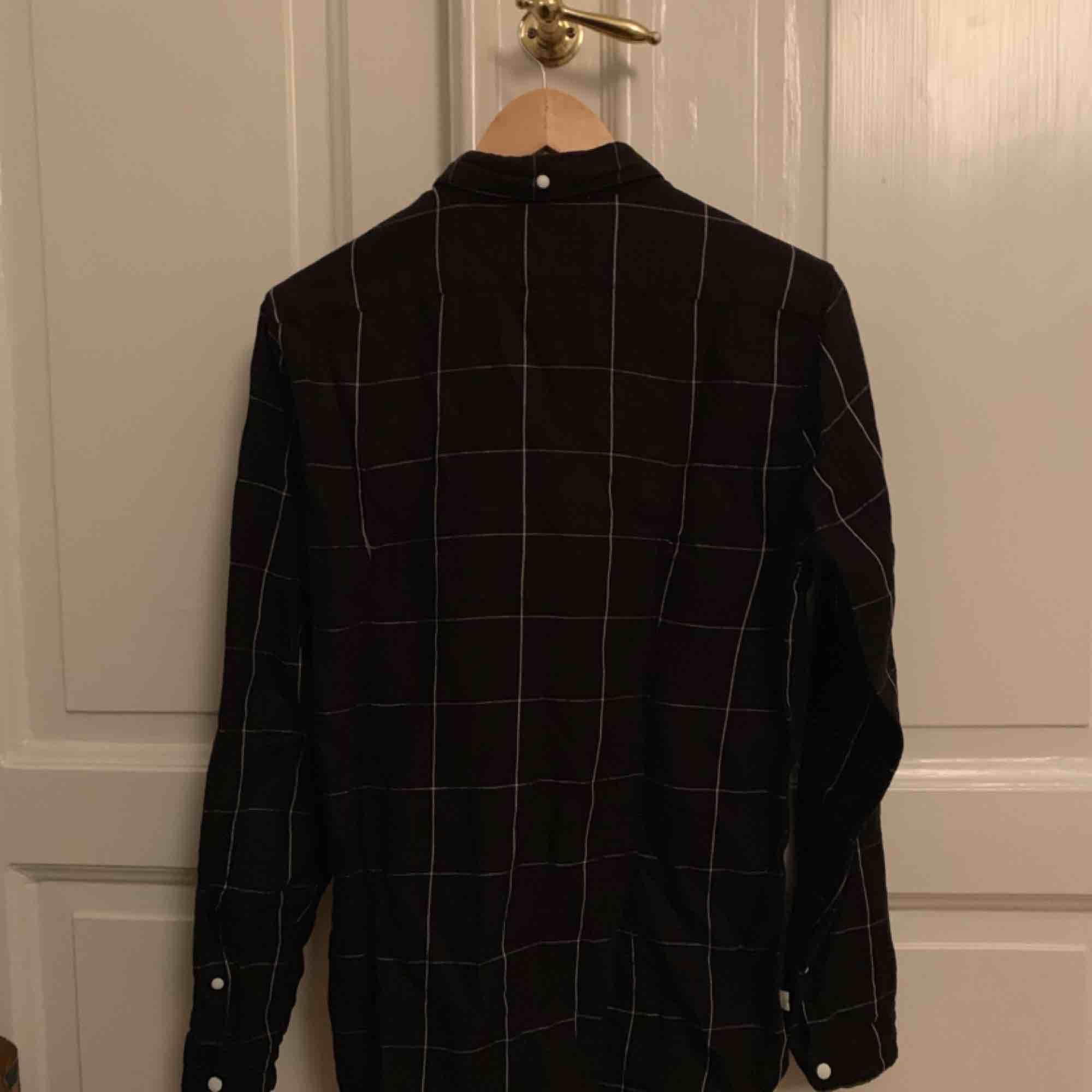 Svart Levi's skjorta med snyggt rutmönster som är köpt på UO i Stockholm för några år sen, säljer pga att den inte kommer till användning. Nypris var 800kr Condition 8/10 stryker självklart innan frakt :) Skriv om du har några frågor! . Skjortor.