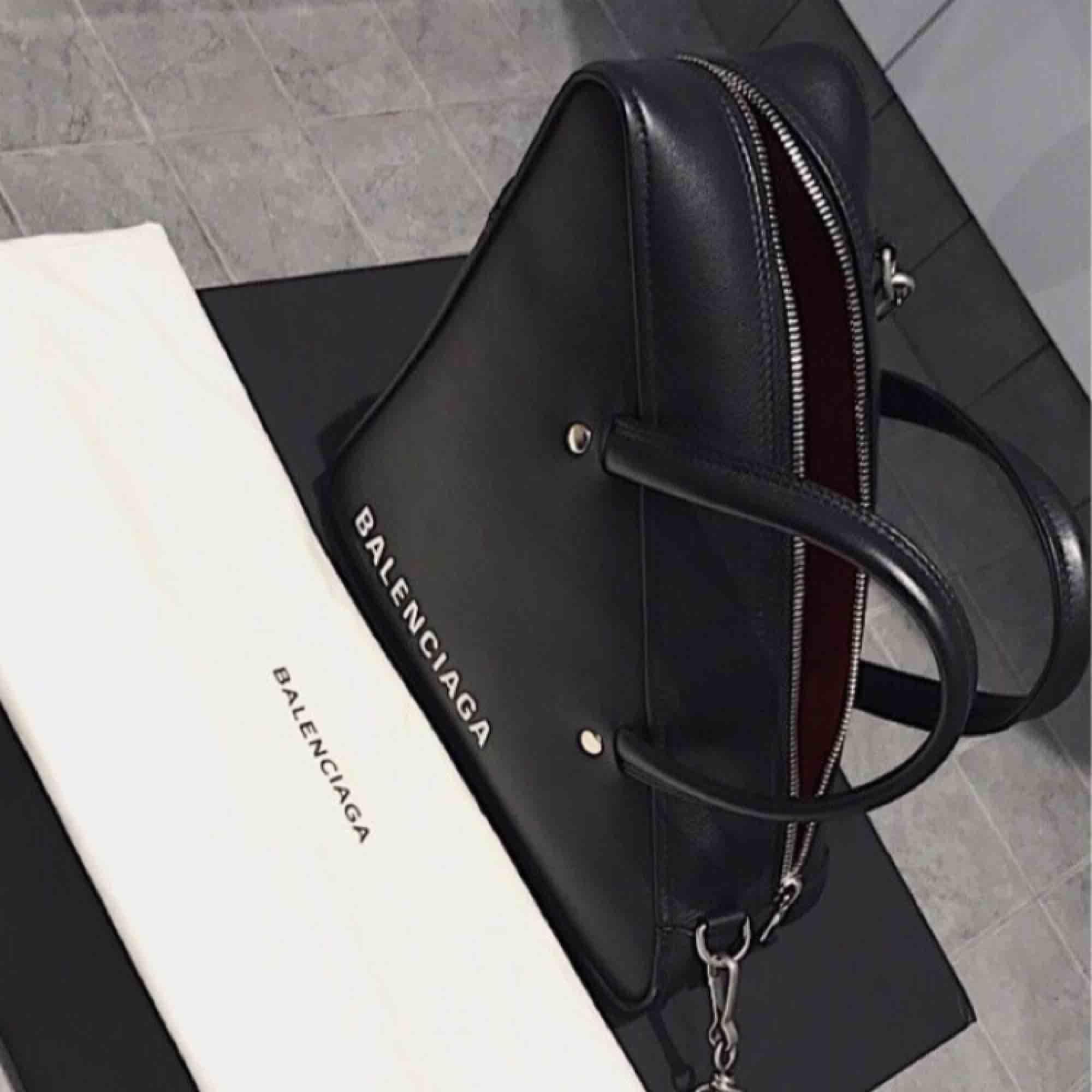 Säljer en knappt använd väska från Balenciaga, inköpt hos Nathalie Schuterman 27 oktober 2018. Inköpt för 18.000 kr. Kvitto finns självklart. Dustbag och axelrem medföljer. . Väskor.