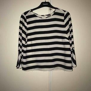 Fin blus/tröja från Gina tricot, med volang ärmar Köparen står för frakt