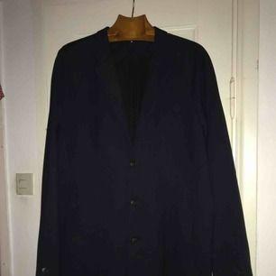 Stilig marinblå kappa från Whyred, köptes förra året för ca 2500kr. Kappan är i nyskick då den bara använts 2 gånger.   Fler bilder kan skickas vid förfrågan.
