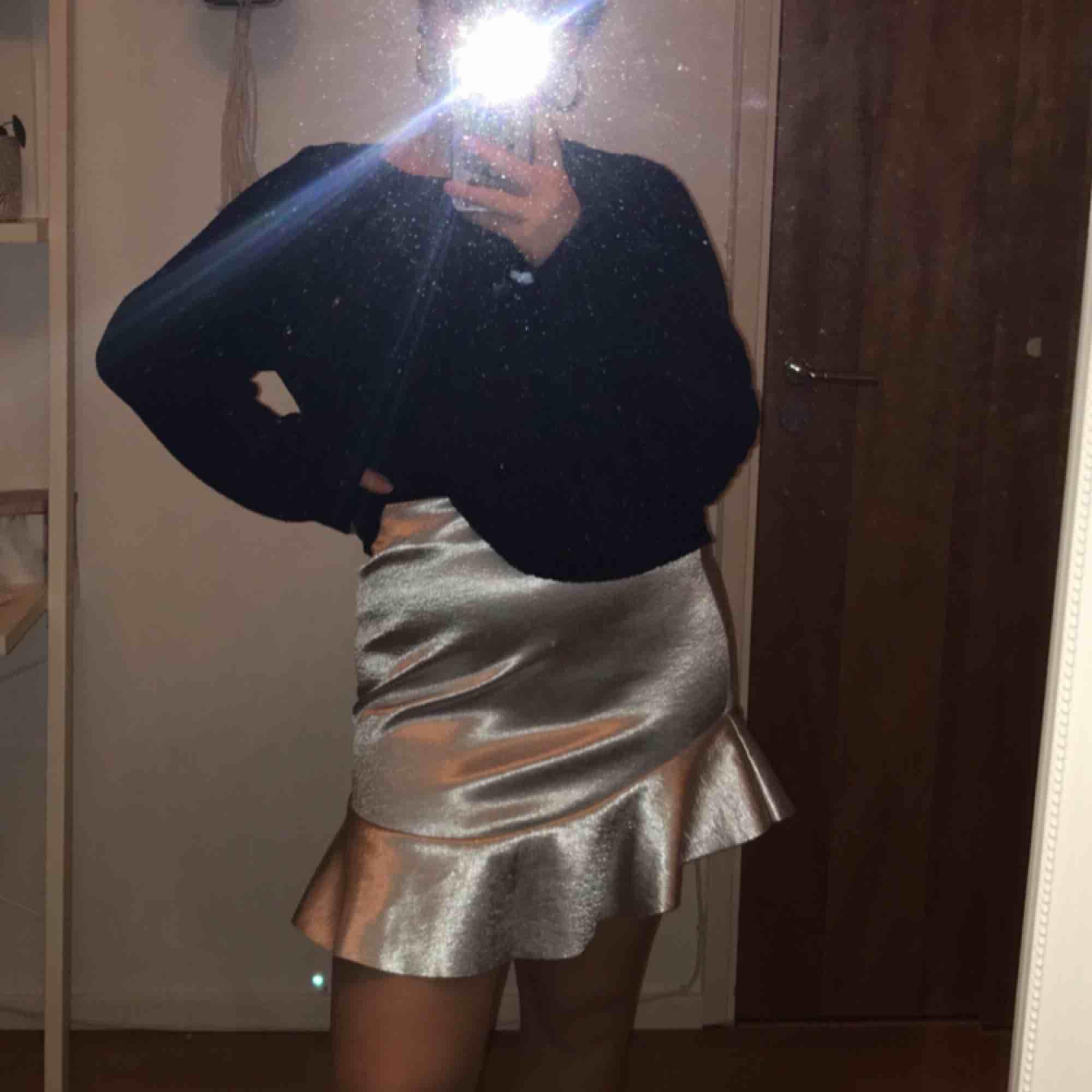 Silvrig kjol från H&M, använd en gång. . Kjolar.