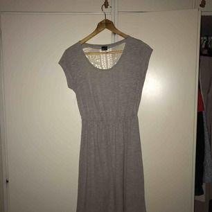 Fin klänning från Gina tricot med broderad rygg .