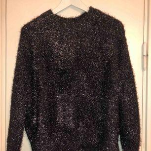 Glittrig tröja från H&M, endast använd ett par gånger. Storlek XS, oversize i modellen