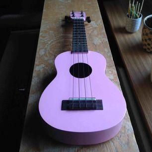 Fullt fungerande ukulele.