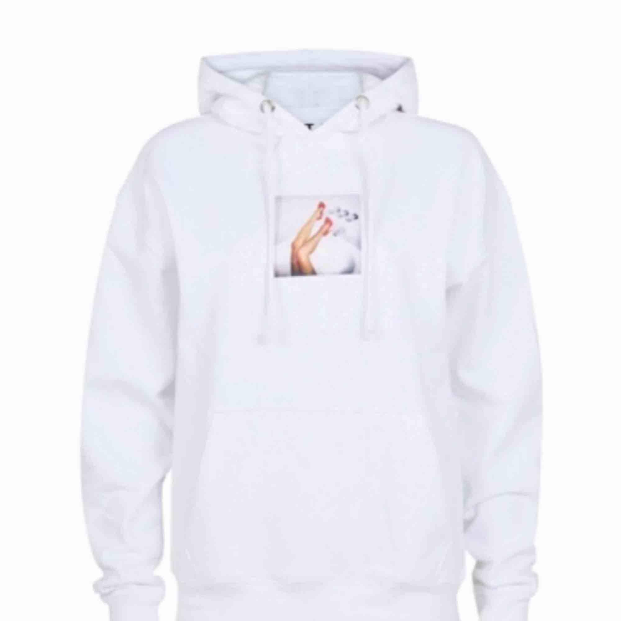 Såå sjukt snygg och clean hoodie från Carlings!! Väldigt bra skick (pris kan diskuteras vid snabb affär!!), säljes pga har för många hoodies.. Skriv gärna om du har frågor <3 frakt tillkommer. Huvtröjor & Träningströjor.