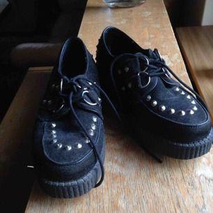 Platform skor. sparsamt använt, lite dammiga vara.