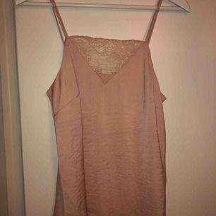 Ljusrosa linne med spets och smala band från H&M, storlek 36. Aldrig använt, prislapp kvar.