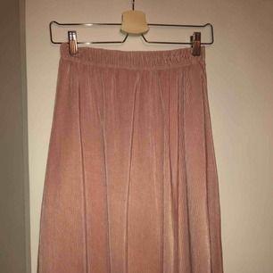 Ljusrosa plisserad kjol från Bik Bok, storlek S. Endast använd 1 gång