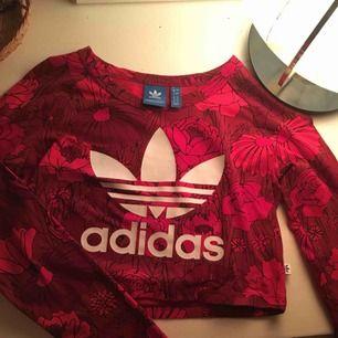 En jättesnygg röd croptop från Adidas med vääärldens coolaste mönster!! Använd 1gång, säljes pga flytt. Skriv gärna om du har frågor<3 frakt tillkommer