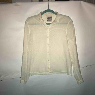 Gräddvit skjorta med jättefin textur. Från märket Baum und Pfergarten. Saknar storlekslapp men det är en 34 som är liten i modellen. Är i fint skick utan skavanker. Möts upp i Stockholm eller fraktas. Köparen står för frakt.